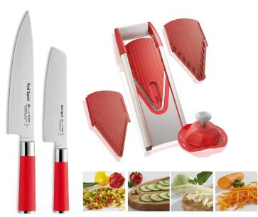 Rouge dans la cuisine: tranche avec couteaux et mandoline
